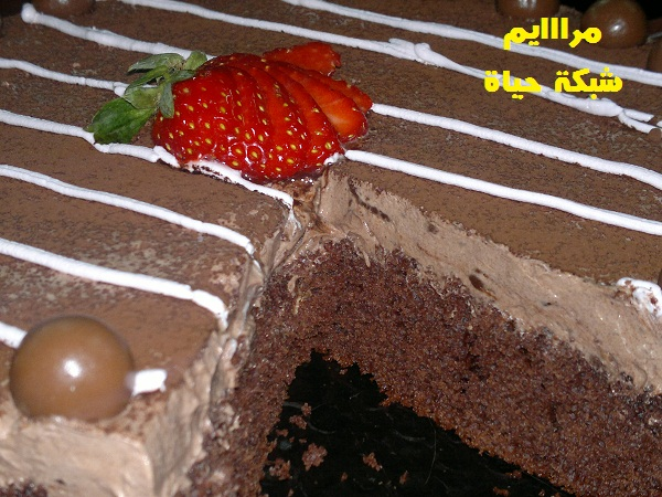 حلى الكيت كات بنكهة الفراولة بالخطوات المصورة MWKD3.jpg